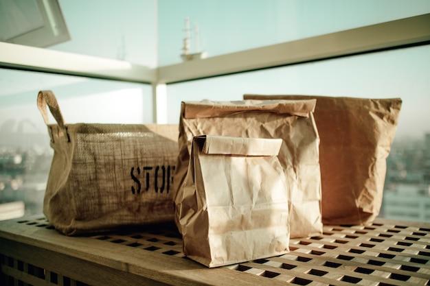 Grupa papierowych toreb do przechowywania w koncepcji eko stylu życia.