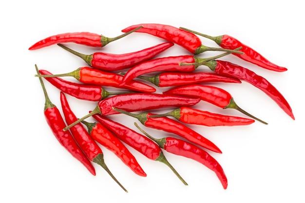 Grupa papryki chili na białym tle.