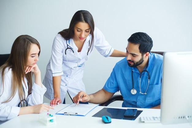 Grupa personelu medycznego w szpitalu