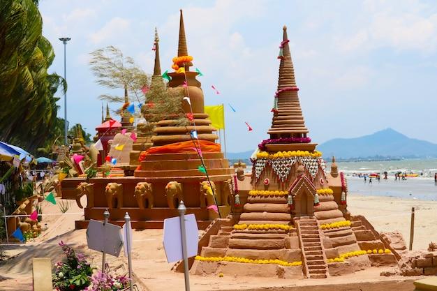 Grupa piaskowych pagód została starannie zbudowana i pięknie udekorowana na festiwalu songkran