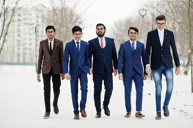 Grupa pięciu indyjskich biznesmenów w garniturach