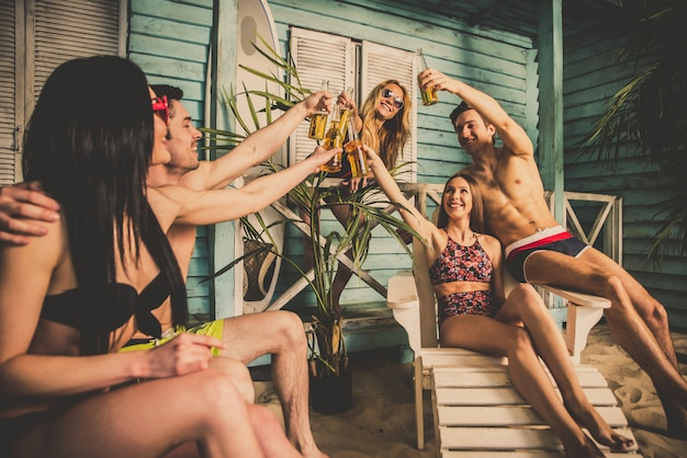 Grupa pięciu przyjaciół świętuje w letnim domu na plaży