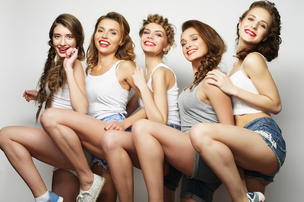 Grupa pięciu przyjaciółek, szczęśliwy czas na zabawę.