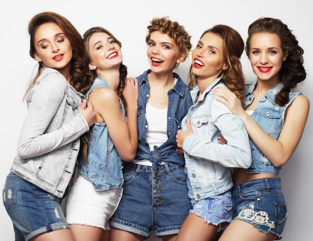 Grupa Pięciu Przyjaciółek, Szczęśliwy Czas Na Zabawę. Premium Zdjęcia