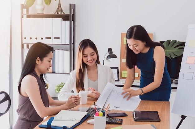 Grupa pięknych azjatyckich kobiet spotykających się w biurze do dyskusji biznesowych.