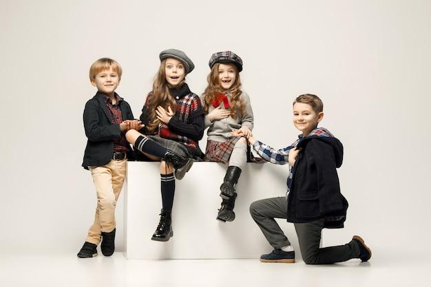 Grupa pięknych dziewczyn i chłopców na pastelu