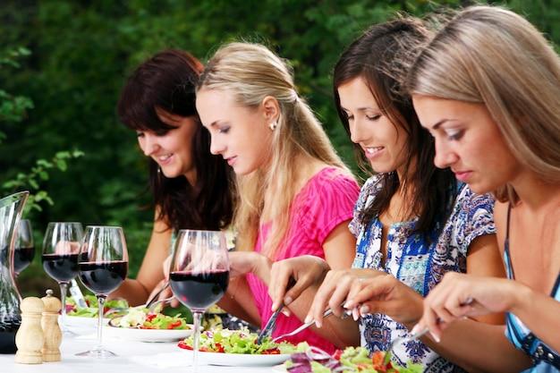 Grupa pięknych dziewczyn pije wino