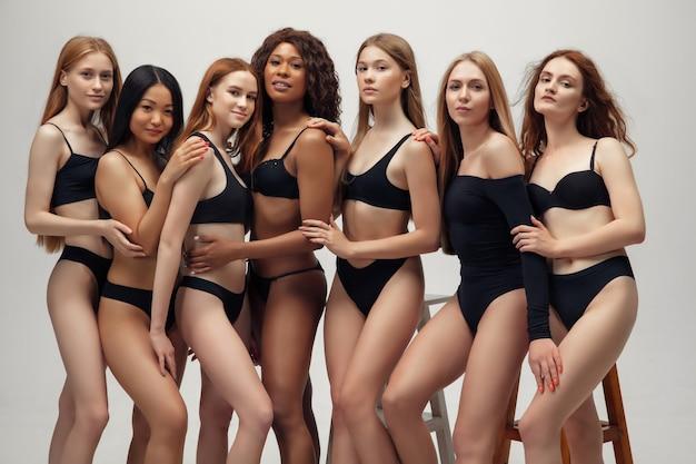 Grupa pięknych kobiet, wszczepienie ciała i koncepcja różnorodności