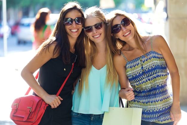 Grupa pięknych młodych dziewcząt na ulicy. dzień zakupów.