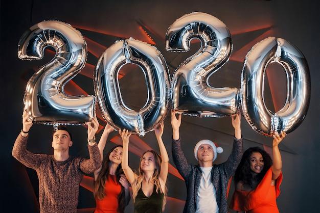 Grupa pięknych młodych ludzi świętujących nowy rok.