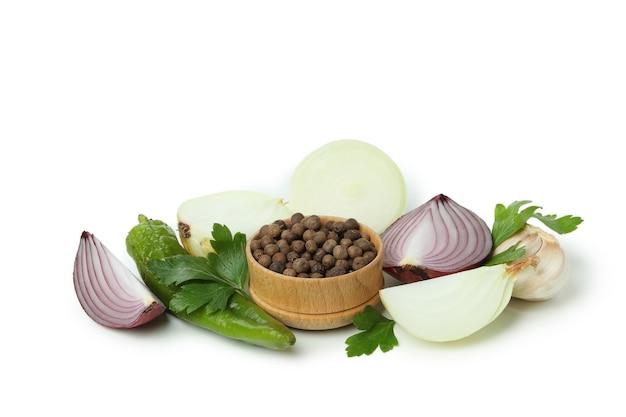 Grupa pikantnych warzyw na białym tle