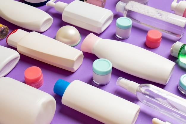 Grupa plastikowych butelek do pielęgnacji ciała kompozycja płaska z produktami kosmetycznymi