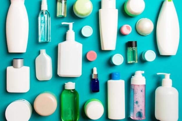 Grupa plastikowych butelek do pielęgnacji ciała płaska kompozycja z produktami kosmetycznymi na kolorowej powierzchni pusta przestrzeń do projektowania