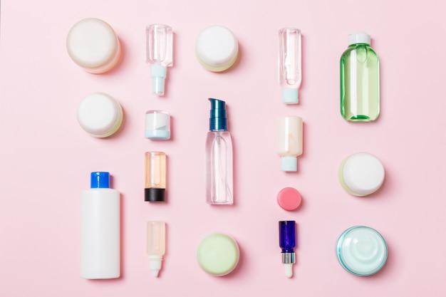 Grupa plastikowych butelek do pielęgnacji ciała płaska kompozycja z produktami kosmetycznymi zestaw białych pojemników kosmetycznych, widok z góry z miejsca na kopię