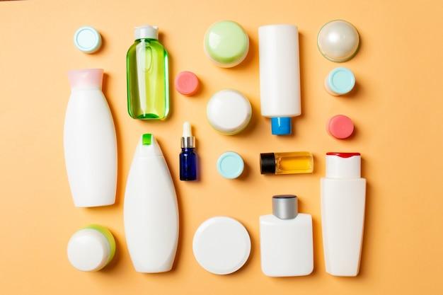 Grupa plastikowych butelek do pielęgnacji ciała