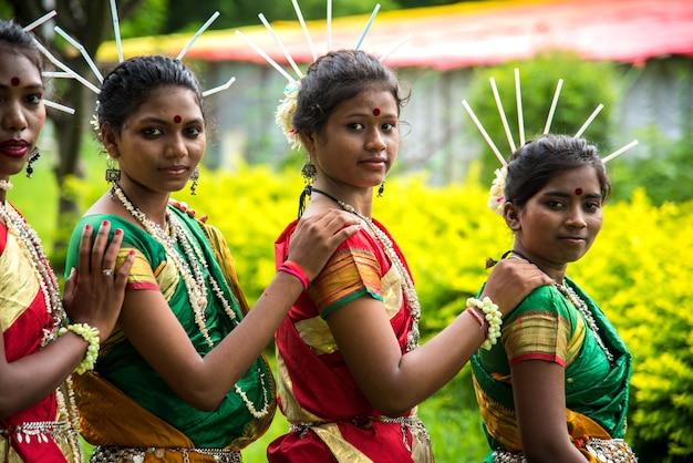 Grupa plemion gondi świętujących światowy dzień plemienny wykonując taniec ludowy