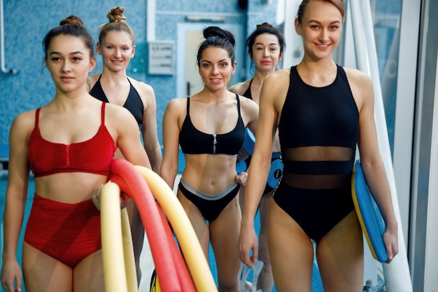Grupa Pływaczek Na Basenie Po Treningu Aqua Aerobiku. Kobiety W Pobliżu Wody, Sport Pływanie Fitness Trening W Basenie Premium Zdjęcia