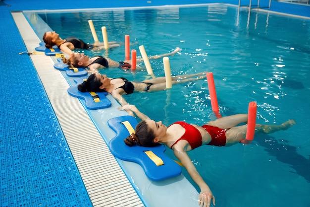 Grupa pływaczek, trening aqua aerobiku przy basenie