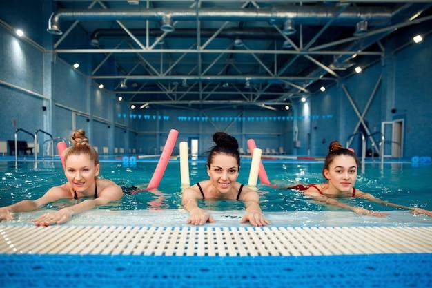 Grupa pływaczek, trening aqua aerobiku w basenie