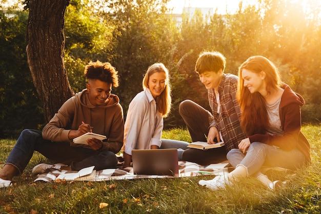 Grupa podekscytowanych studentów wieloetnicznych