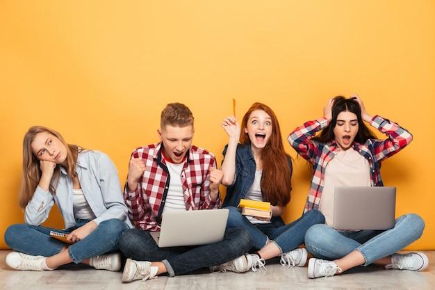 Grupa podekscytowanych szkolnych przyjaciół odrabiania lekcji