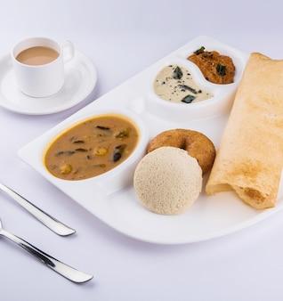 Grupa południowoindyjskich potraw dosa, idli lub idly, vada, sambar chutney kokosowy i gorąca herbata, półmisek z południowoindyjskiej odmiany