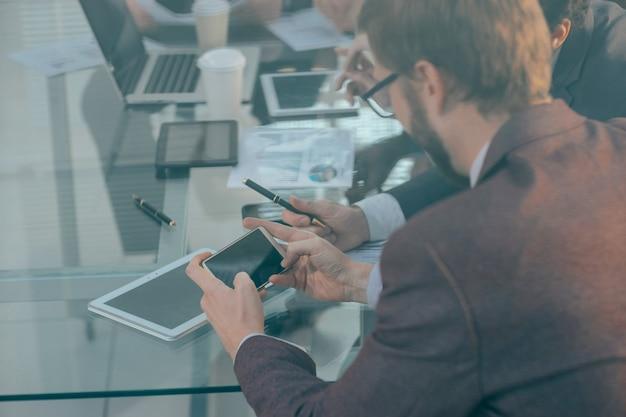 Grupa pracowników analizująca informacje finansowe.ludzie i technologia