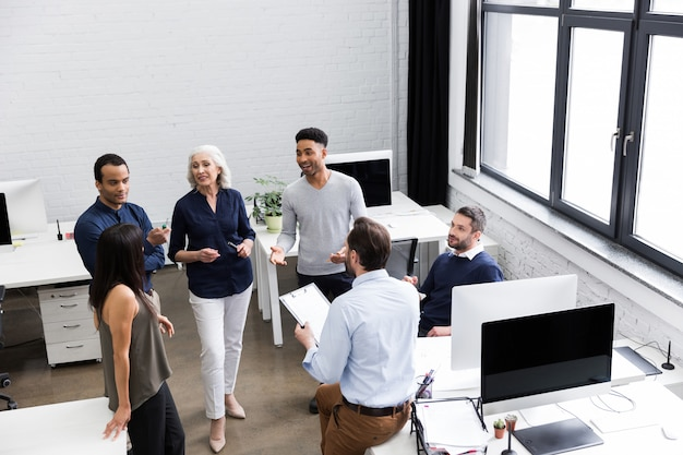 Grupa pracowników biurowych omawianie pomysłów biznesowych