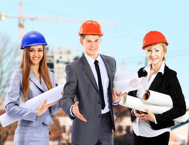 Grupa pracowników budowniczych. tło przemysłu budowlanego.