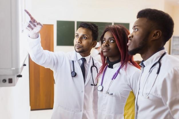 Grupa pracowników medycznych będzie badać zdjęcia rentgenowskie.