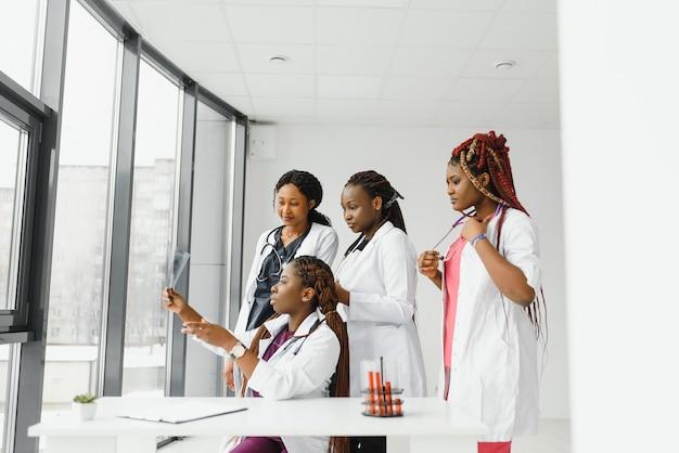 Grupa pracowników medycznych pracujących razem