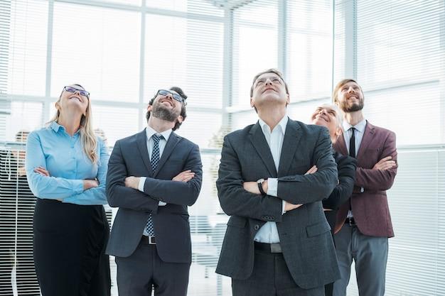 Grupa pracowników patrzy z podziwem. zdjęcie z kopią przestrzeni
