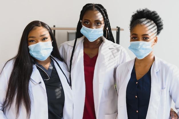 Grupa pracowników służby zdrowia noszących ochronne maski na twarz