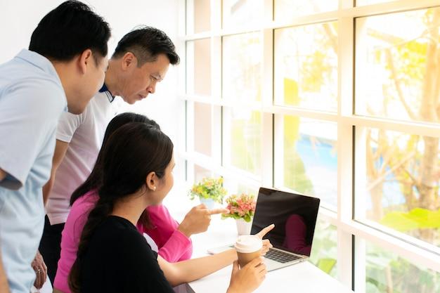 Grupa pracującej kawiarni freelance