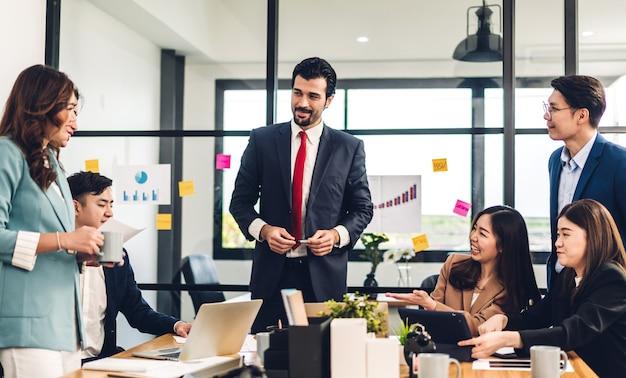 Grupa profesjonalnych azjatyckich spotkań biznesowych i dyskusji