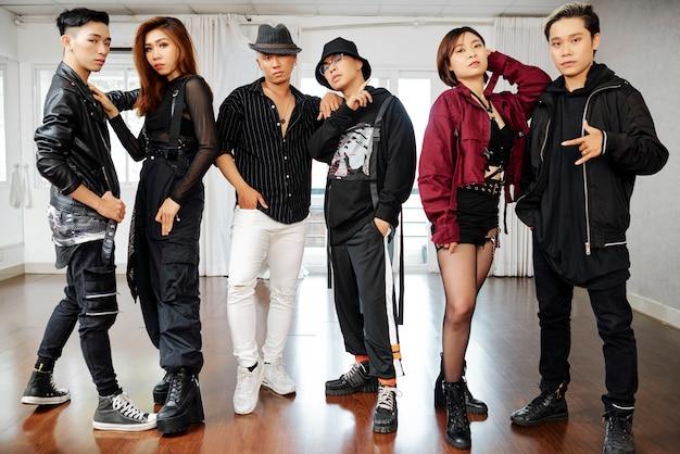 Grupa profesjonalnych tancerzy