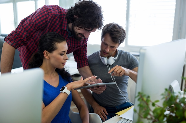 Grupa projektantów graficznych przy użyciu cyfrowego tabletu