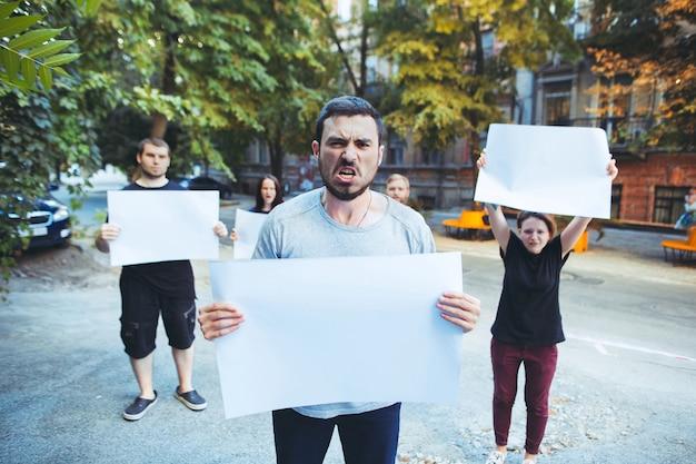 Grupa protestujących młodych ludzi w plenerze demonstranci demonstranci walka o demokrację