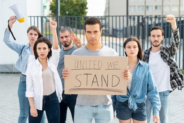 Grupa protestujących stoi zjednoczona