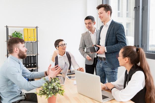 Grupa przedsiębiorców pracujących w biurze