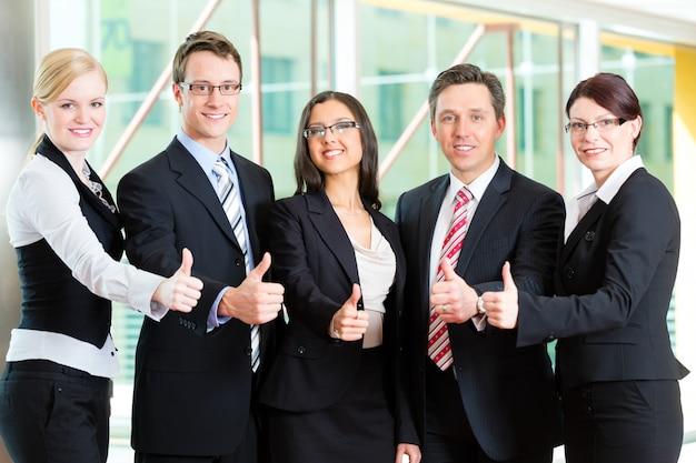 Grupa przedsiębiorców w biurze