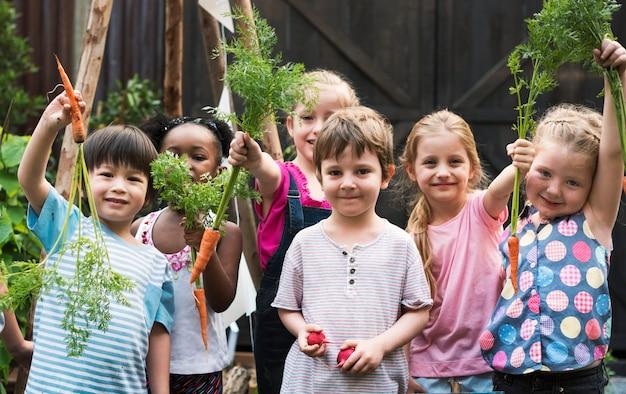 Grupa przedszkole żartuje uczyć się uprawiać ogródek outdoors