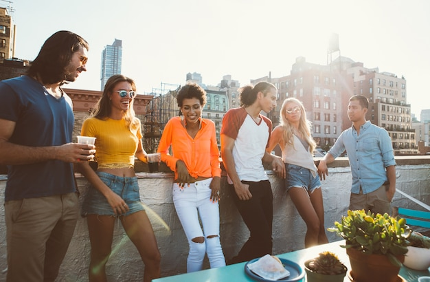 Grupa przyjaciele apending czas wpólnie na dachu w nowym york mieście, stylu życia pojęcie z szczęśliwymi ludźmi