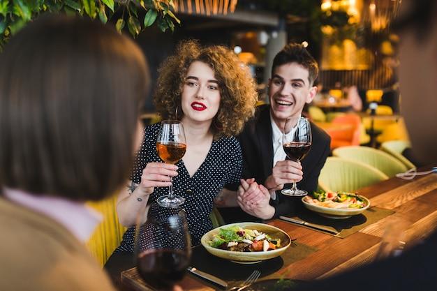 Grupa przyjaciele je w restauraci