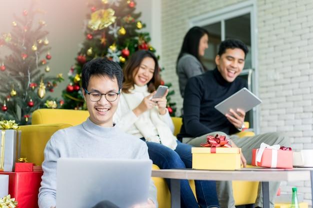 Grupa przyjaciół bawi się w salonie, aby przygotować przyjęcie świąteczne koncepcja dziś wieczorem