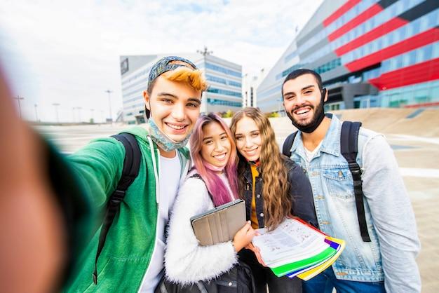 Grupa przyjaciół, biorąc selfie na świeżym powietrzu
