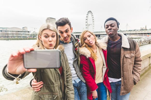 Grupa przyjaciół biorących selfie w londynie