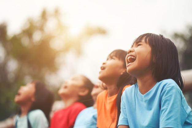 Grupa przyjaciół dzieciaków, śmiejąc się razem