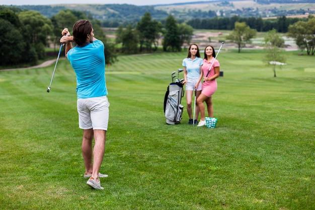 Grupa przyjaciół, grając w golfa