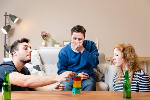 Grupa przyjaciół, grając w gry i piwo